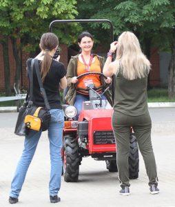 Катание на тракторе туристов из России
