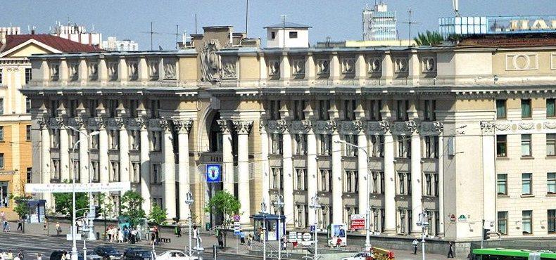 Главопчтамт, памятник архитектуры, построенный в 1949—1953 г.г. арх. В. Король.