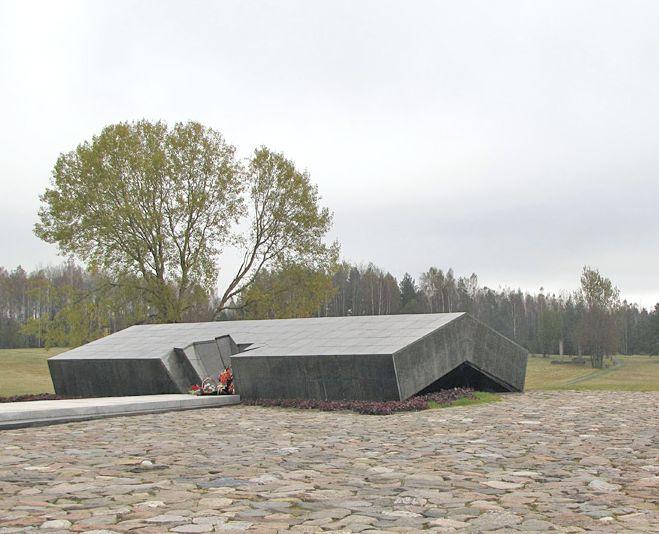 Символическая крыша сарая, в котором были сожжены 149 жителей Хатыни