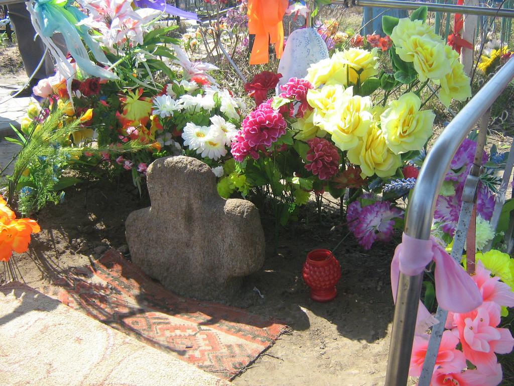 Растущий из под земли туровский крест на Борисоглебском кладбище