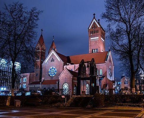 Монументальное зданиеКрасного костела - символ города, образец